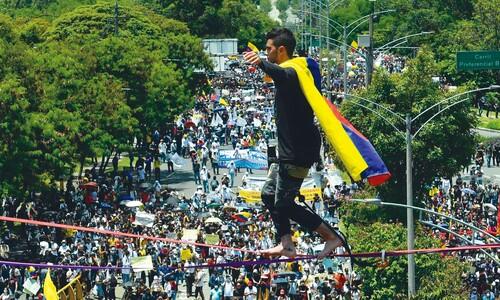 어디, 잡으러 와봐…공중 '외줄타기 시위' 분노의 콜롬비아