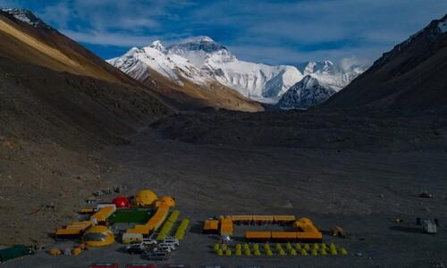 에베레스트 꼭대기서도 '사회적 거리 두기'?