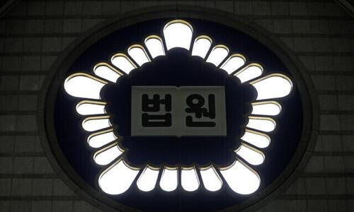 여성 쫓아가 비밀번호 지켜본 20대에 '벌금→징역형' 왜