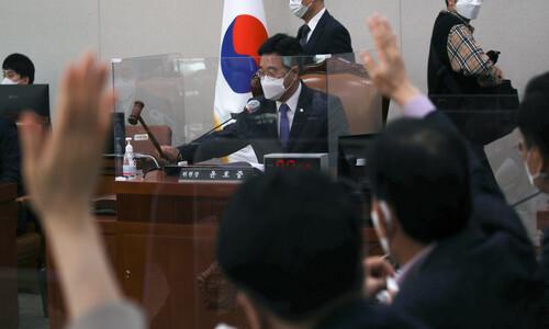정치권 블랙홀…친추미애 vs 친윤석열 이틀째 대치