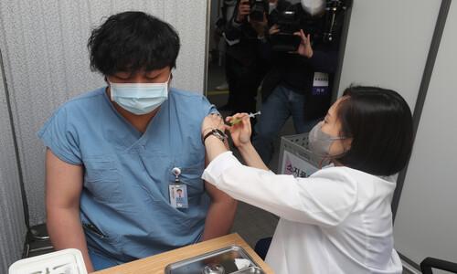 '코로나19 최일선' 의료진·종사자 화이자 백신 접종 시작