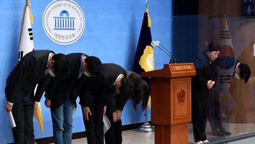 """민주당 2030 초선에 '문자폭탄'…일부선 """"용기 있는 행동"""" 응원"""