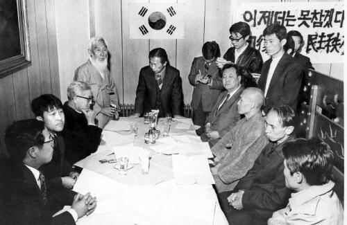 1973년 11월 초 서울 종로 와이엠시에이(YMCA)에서 법정 스님이 지학순 주교, 함석헌 선생, 김재준 목사 등과 시국간담회를 하는 모습. <한겨레> 자료사진