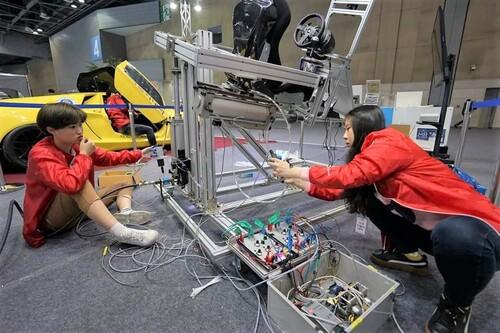 지난 3월28일 서울모터쇼에서 학교 부스를 준비하고 있다. 남시안 학생(사진 오른쪽)이 전기로 압력을 조절해 실린더를 제어하는 작업을 하고 있다.