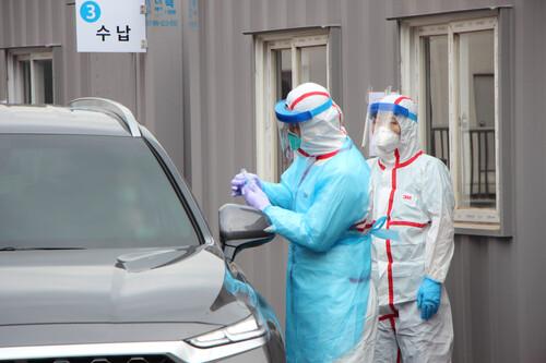 지난달 26일 대구 영남대병원 드라이브 스루 선별진료소에서 운전자가 코로나19 검사를 받고 있다. 영남대병원 제공