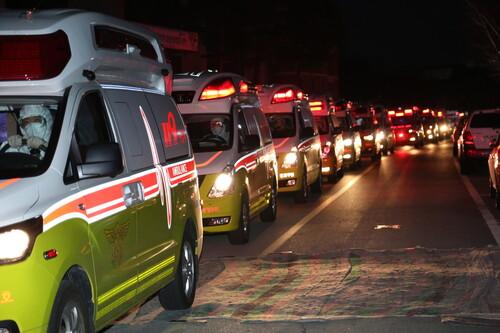 지난 8일 저녁 대구에서 119구급차들이 코로나19 확진자들을 생활치료센터로 옮기고 있다. 소방안전본부 제공