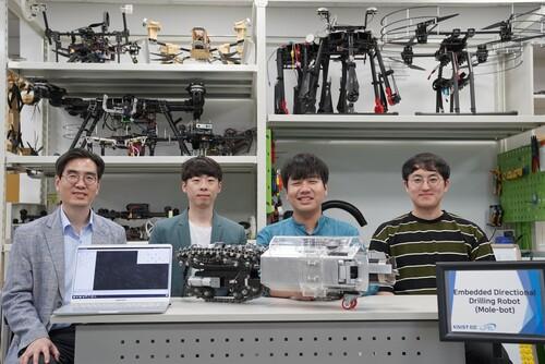 (왼쪽부터) 명현 교수, 이준석 박사과정, Christian(크리스티안) 연구원, 임현준 박사과정. 카이스트 제공