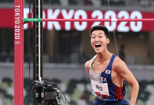 우상혁이 1일 도쿄 올림픽스타디움에서 열린 2020 도쿄올림픽 육상 높이뛰기 결선에서 한국신기록을 세운 뒤 환호하고 있다. 도쿄/연합뉴스