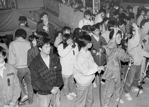 1991년 5월3일 강경대군 폭행치사에 항의하는 시위 도중 분신한 경원대 천세용군의 주검이 안치된 경기도 성남병원 장례식장 앞에서 경원대생들이 각목 등을 든 채 경비를 서고 있다. <한겨레> 자료