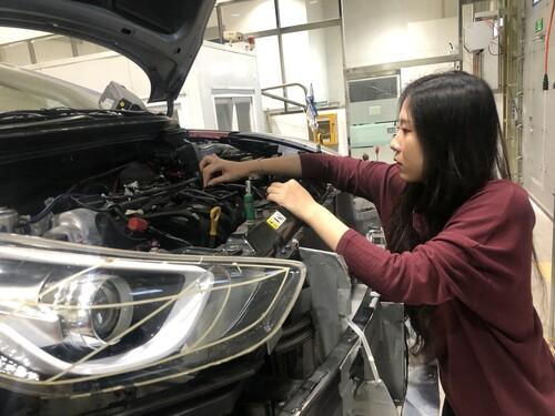 남시안 학생이 지난 10월15일 실습동에서 자동차 보닛을 열어 확인하고 있다. 김지윤 기자