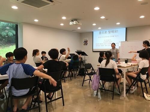 한겨레 창의융합 두드림 캠프 참가생들이 스피치 교육을 통해 적극적인 자기표현을 하고 있다. 한겨레교육 제공