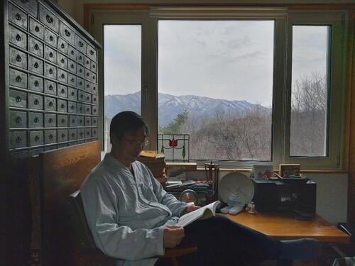 김한규 교수가 서재에서 책을 보고 있다. 김한규 교수 제공