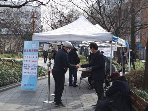 지난 9일 오전 대구 중구 경상감영공원에서 대구우체국 직원들이 시민들에게 마스크를 팔고 있다. 김일우 기자 cooly@hani.co.kr
