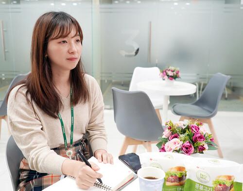 12월4일, 서울 중구 세븐일레븐 본사에서 최윤정 식품 MD가 애니멀피플과 인터뷰를 하고 있다.