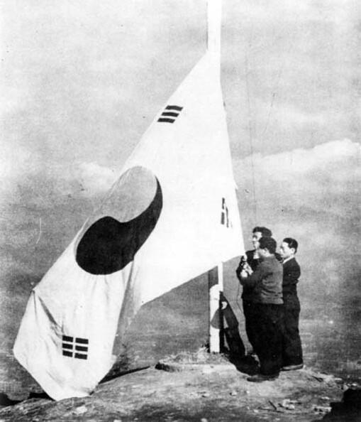 1945년 8월 15일 해방을 맞아 서울 시민들이 남산에 처음으로 태극기를 게양하는 모습. 민주화운동기념사업회 제공