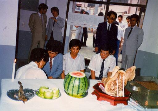 1986년 새로운 두부공장을 세운 뒤 풀무원식품직판장에서 직원들이 고사를 지내고 있다. 뒤편 맨 오른쪽에 서 있는 이가 원혜영 전 의원, 그 옆 검은색 양복 차림이 남승우 풀무원재단 고문. ㈜풀무원 제공
