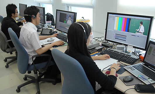 사이버대 강의를 듣고 있는 학생들의 모습. 한국원격대학협의회 제공
