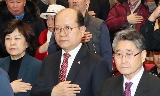 이종명 자유한국당 의원(앞줄 가운데)이 지난해 2월 국회에서 열린 5·18 진상규명 공청회에서 국민의례를 하고 있다. <한겨레>자료사진