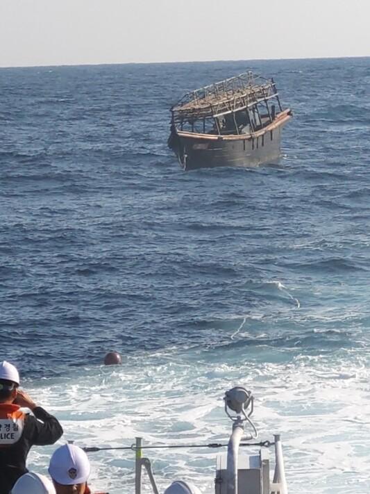 지난해 11월8일 오후 해군이 동해상에서 북한 목선을 북쪽에 인계하고 있다. 이 목선은 지난해 11월2일 우리 해군에 나포됐으며, '16명의 동료 승선원을 살해하고 도피했다'고 자백한 20대 북한 선원 2명이 타고 있었다. 탈북 선원 2명은 전날 북한으로 강제 추방됐다. 통일부 제공