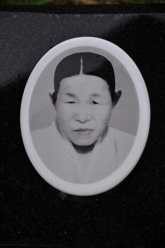 묘지에 있는 고 이매실씨의 사진. 안관옥 기자