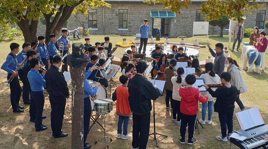 해양경찰청 관현악단이 인천영종초등학교 학생들에게 오케스트라 교육을 하고 있다. 상명대 제공