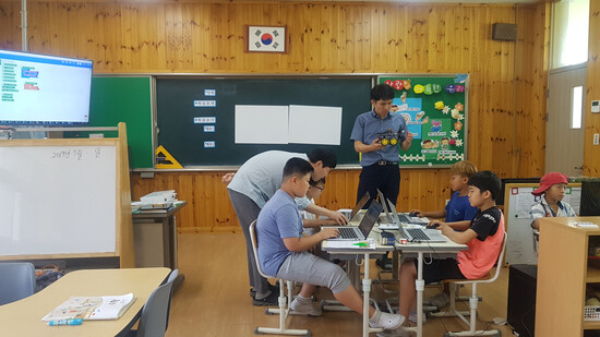 전남 장성 월평초등학교 어린이들이 컴퓨터 프로그램에 대해 공부하고 있다. 전북대 제공