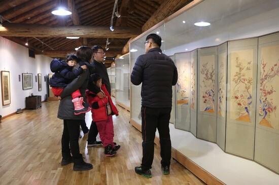 한 가족이 강원 영월군에 있는 조선민화박물관에서 설명을 듣고 있다. <한겨레> 자료사진