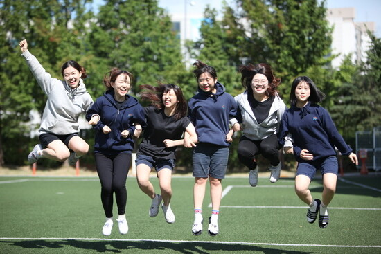 서울 한가람고등학교 학생들이 후드 티셔츠와 반바지