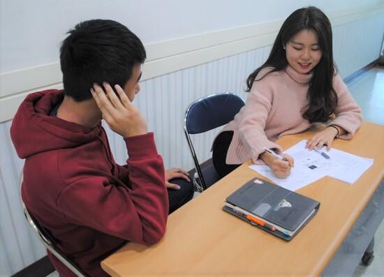 2019년 1월25일 평택시청소년상담복지센터에서 또래상담 동아리 활동 학생들이 '어기역차' 상담법을 배운 뒤 실습하고 있다. 김지윤 기자