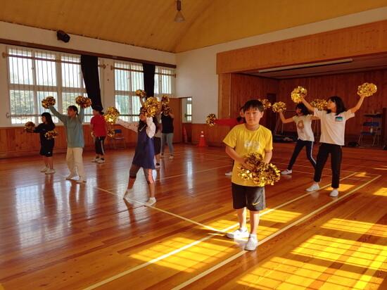 전북 김제 용지초등학교 어린이들이 치어리딩 연습을 하고 있다. 전북대 제공