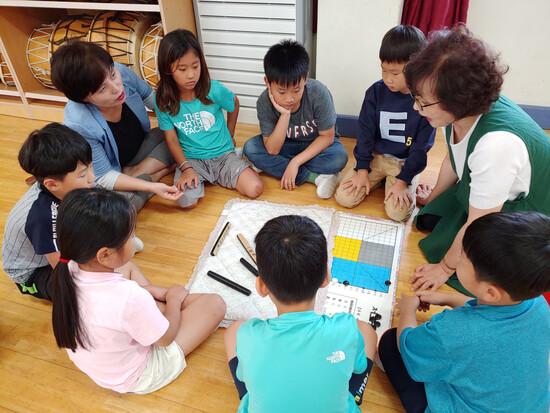 전남 보성 노동초등학교 어린이들이 전통놀이인 저포놀이를 배우고 있다. 전북대 제공