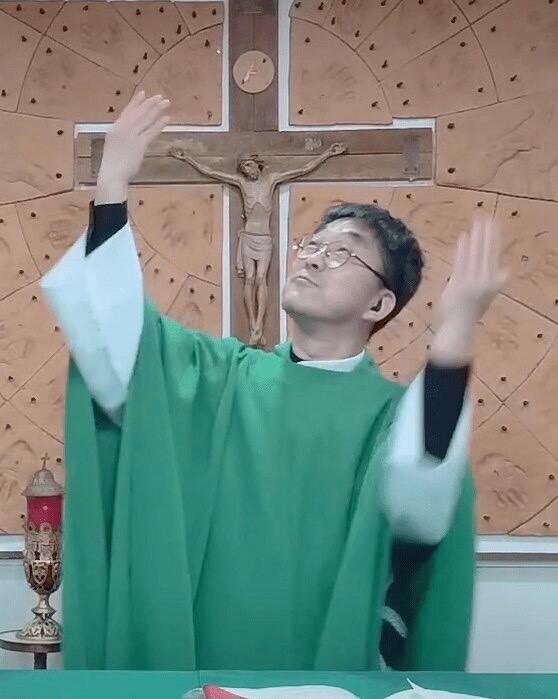 가톨릭 미국 워싱턴대교구에서 미국 수어로 미사를 집전 중인 청각·언어장애인 사제 박민서 신부. 가톨릭 워싱턴대교구 제공