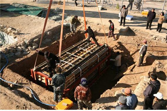 말 갑옷 묻힌 무덤 지층을 통째로 떠서 옮기는 작업 광경.