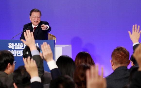 문재인 대통령이 14일 청와대 영빈관에서 열린 새해 기자회견에서 기자들의 질문에 답하고 있다. 청와대사진기자단