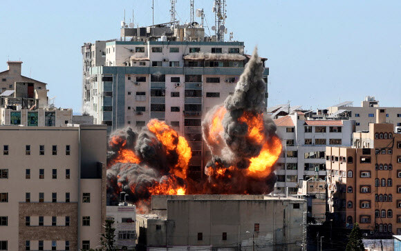 15일(현지시각) 가자지구의 13층 건물 잘라 타워가 이스라엘군의 공습을 받고 있다. AFP 연합뉴스