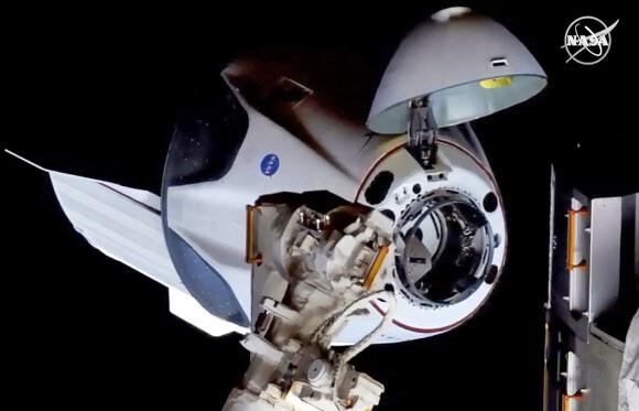 미국 첫 민간 유인우주선, 발사 19시간만에 우주정거장 도킹