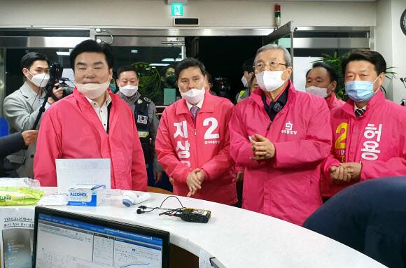 [2020총선] 같은 점퍼 뒤집어입은 한국당, 쌍둥이 '1·5일 버스' 내놓은 민주당
