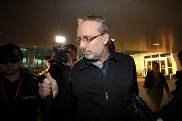 제임스 드하트 미국 방위비협상대표가 지난 5일 오후 인천국제공항을 통해 입국한 뒤 차를 타기 위해 이동하고 있다. 연합뉴스