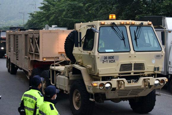 성주 사드 기지에 한밤 기습 장비 반입