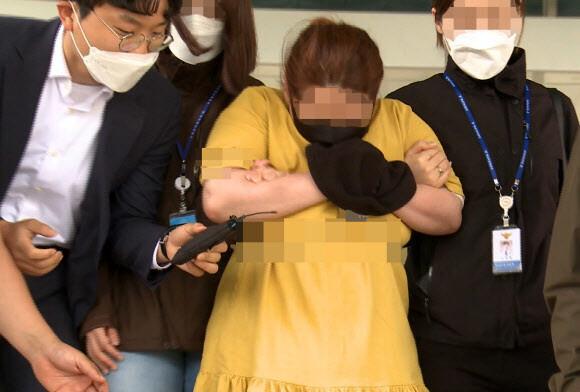 동거남의 아들을 여행용 가방에 가둬 숨지게 한 성아무개(41)씨가 지난 6월3일 영장실질심사를 위해 대전지법 천안지원으로 들어서고 있다. 연합뉴스