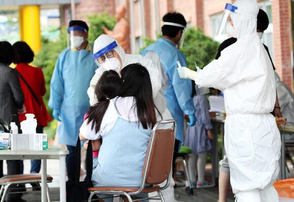 쿠팡 물류센터 주춤하는 틈에 안양·군포 목사·가족 9명 무더기 확진
