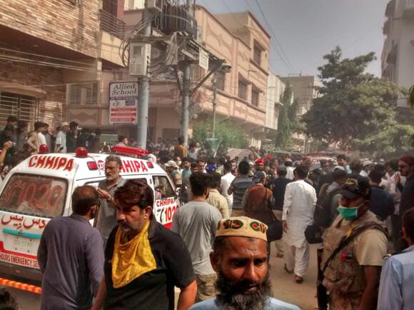 22일 파키스탄 항공기가 추락한 카라치 인근에 구급차 한 대가 도착했다. EPA 연합뉴스