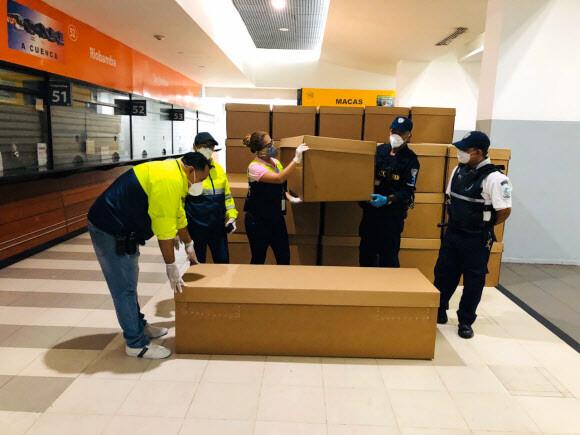 주검 쌓이는 에콰도르…냉동 컨테이너·종이 관까지 동원