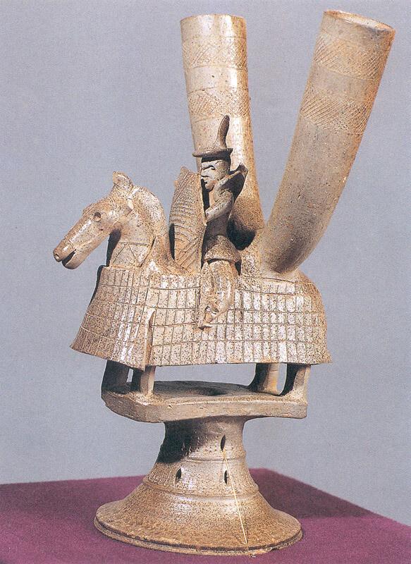 국립경주박물관에 소장된 기마인물형토기뿔잔(국보). 찰갑을 입은 말 위에 탄 무사의 모습을 빚어냈다.