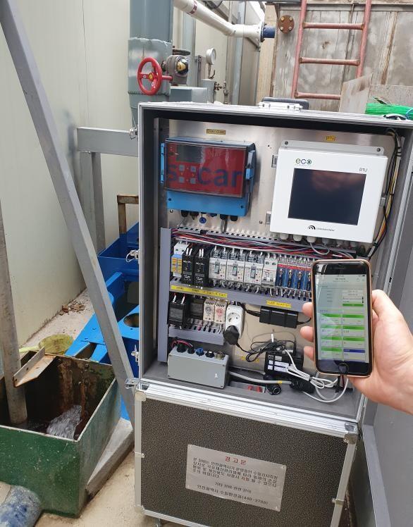 인천시가 전국 최초로 사물인터넷 기술을 접목해 개발한 '이동형 수질감시시스템'은 오염도 측정값을 실시간으로 휴대전화로 확인할 수 있다. 인천시 제공