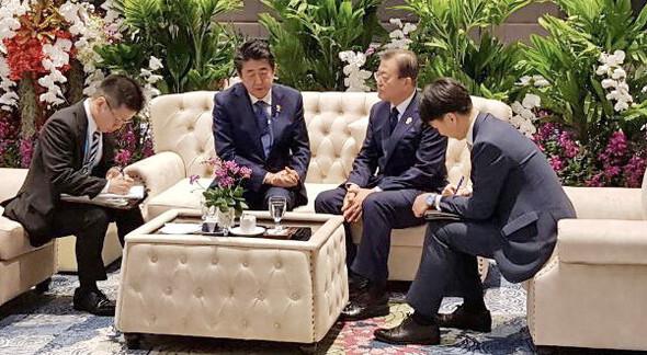 [News analysis] Moon and Abe take surprise 11-minute meeting in Bangkok