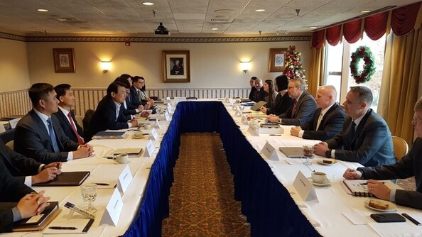 정은보 한미방위비분담협상대사(왼쪽 셋째)와 제임스 드하트 미국 국무부 방위비분담협상 대표(오른쪽 넷째)가 지난 1월 워싱턴에서 협상하고 있다. 주미 한국대사관 제공