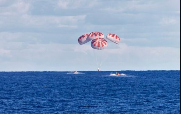지난 3월 실시된 시험 비행에서 스페이스엑스의 우주선 '크루 드래건'이 국제우주정거장에서 돌아와 대서양 해상에 착수하고 있다. 나사 제공