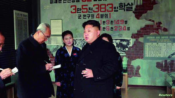 북한은 '한국전쟁 때 미군이 황해남도 신천 일대에서 양민 3만5천383명을 학살했다'며 신천박물관을 지어 반미교육을 하고 있다. 2009년 북한 김정은 국방위 제1위원장이 박물관을 방문한 모습이다. 로이터/연합뉴스