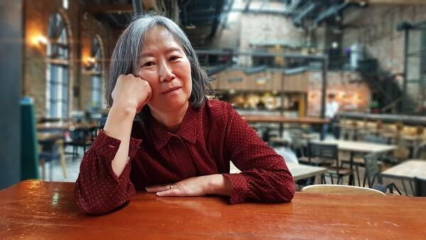 결혼 생활 30년간 혼자 속앓이해온 부부 문제와 가정사를 글로 고백한 윤석영씨를 지난주 서울 반포의 한 카페에서 만나 책을 펴낸 이유를 들어봤다. 사진 서혜빈 기자